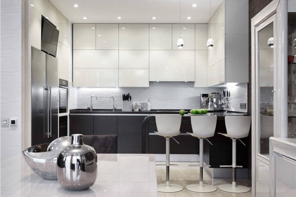 Иacksplash Interior Design Ideas: Complement your Kitchen. White pastel colored kitchen with dark low tier of cabinets