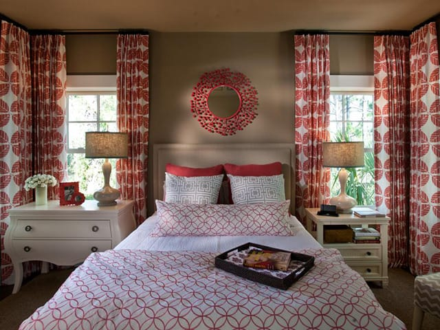 Red and white pattern on the bedroom curtiains
