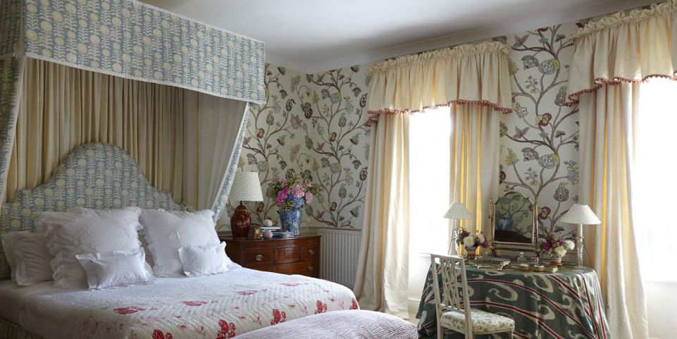 Mild yellow bedroom curtains with lambrequin