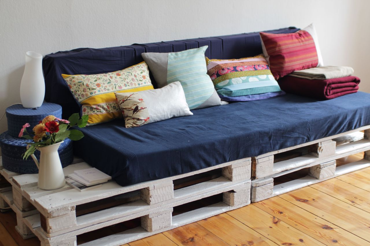 DIY Sofa made of Pallets: Trendy & Functinoal Interior Item by Your Hands. Blue covering for the modern designed DIY furniture with decorative cushions