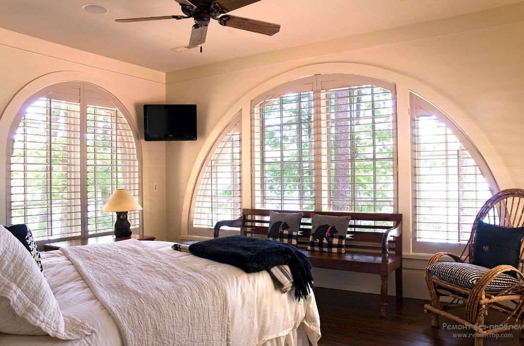 Window Design in the Bedroom for Ultimate Coziness and Comfort. Unusual arched window with Roman blinds