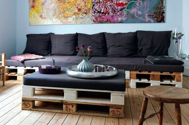 DIY Sofa made of Pallets: Trendy & Functinoal Interior Item by Your Hands. Large living room with the handmade furniture for rest zone