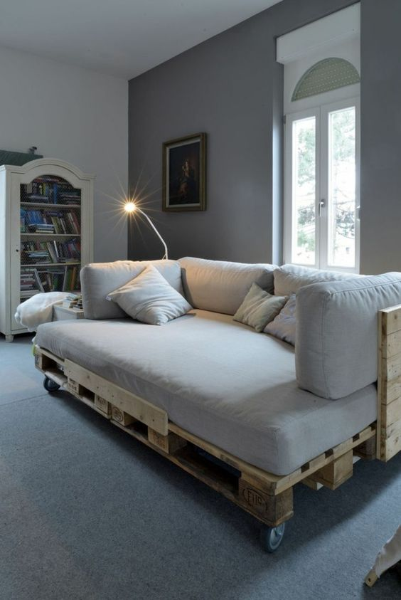 DIY Sofa made of Pallets: Trendy & Functinoal Interior Item by Your Hands. White and gray color mix for casual styled apartment