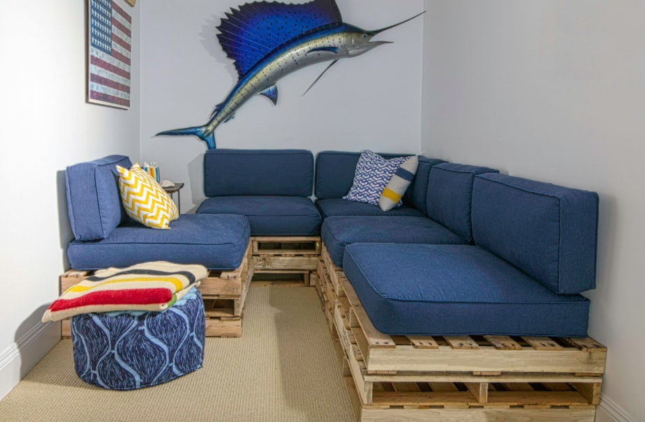 DIY Sofa made of Pallets: Trendy & Functinoal Interior Item by Your Hands. Marlin picture at the wall and blue seats hints to the Marine style of the interior