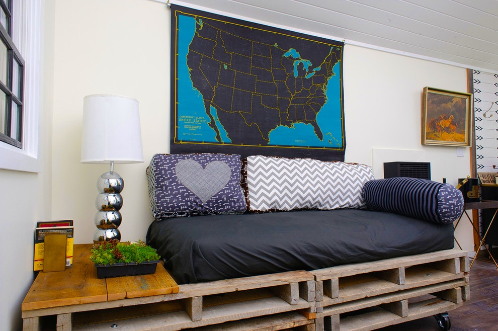 DIY Sofa made of Pallets: Trendy & Functinoal Interior Item by Your Hands. Modern bachelor's den with the sleeper of pallets and large map of US