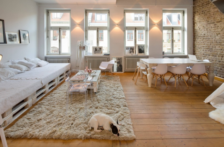 DIY Sofa made of Pallets: Trendy & Functinoal Interior Item by Your Hands. Large Industrial styled apartment with simple furniture and fulffy rug