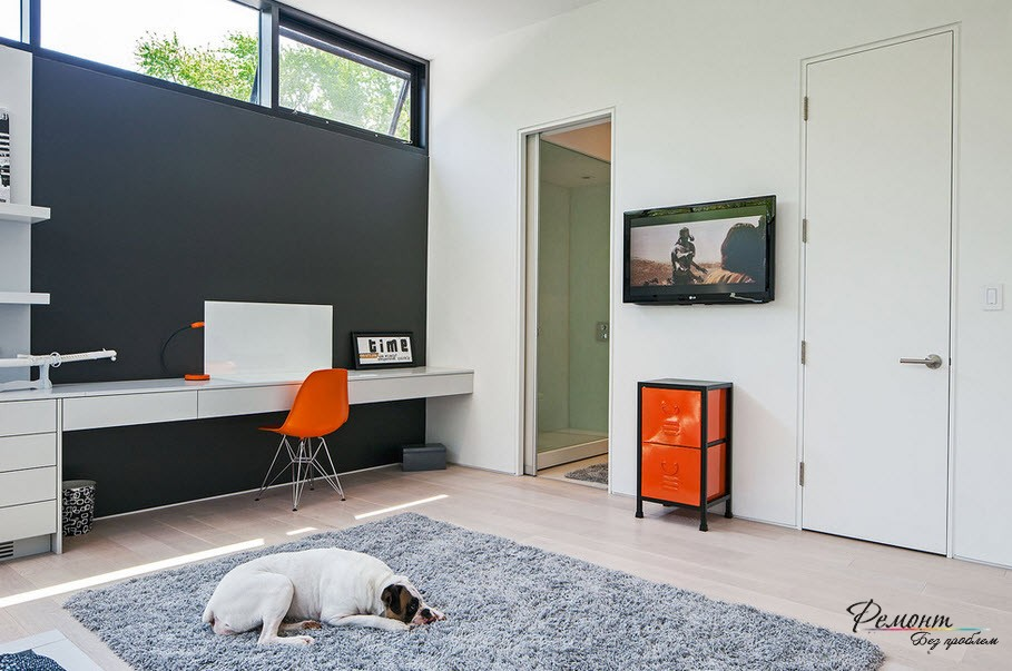 Home Office in the Bedroom: Is it the Right Place? White modern interior and the orange blots of chair and box