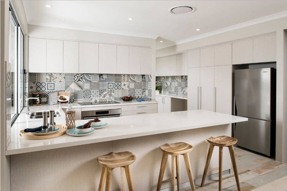 Fitted Kitchens: Impeccable Style and Functionality for any Space. Smooth mild gray furniture facades and splashback made of Arabic tile