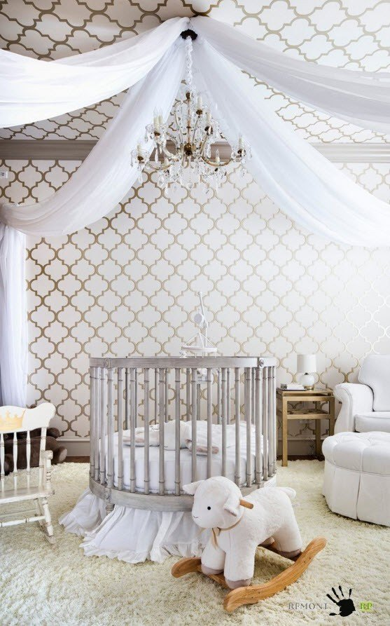 Round crib and the tulle above it