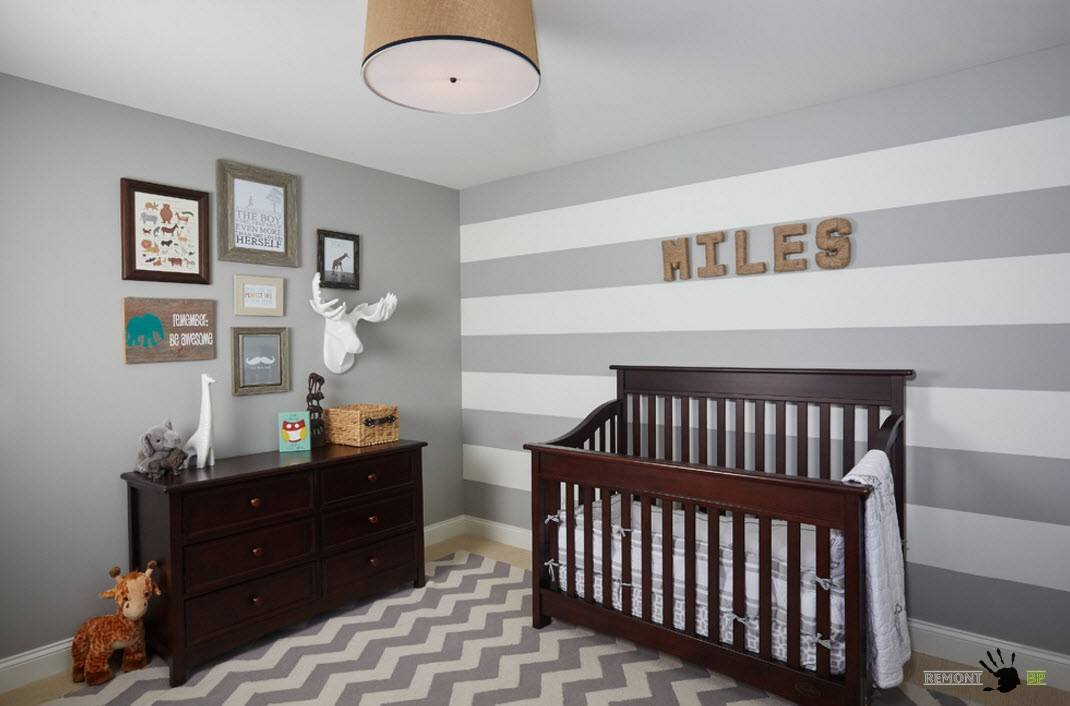 Gray striped walls and the rug for richly decorated nursery