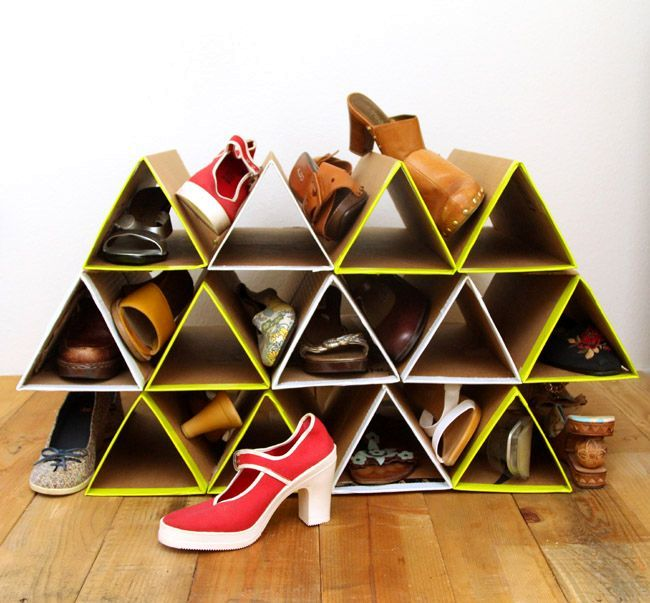 Cardboard shoe rack with yellow brims