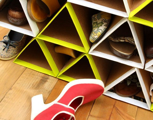 Custom shoe rack DIY of cardboard: putting the footwear