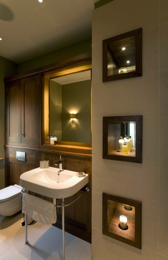 Nice classic designed ensuite bathroom with large mirror and dark wooden trimmed walls
