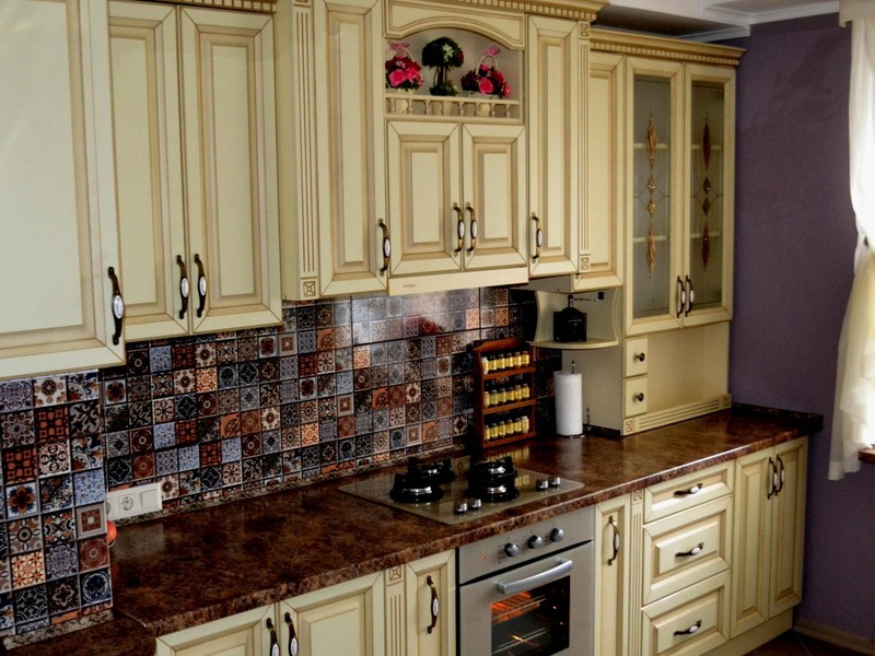 Classic Kitchens: Facades, Interior Design Ideas, Layouts, Advice. Royal carved facades and Moroccan tile for the splashback