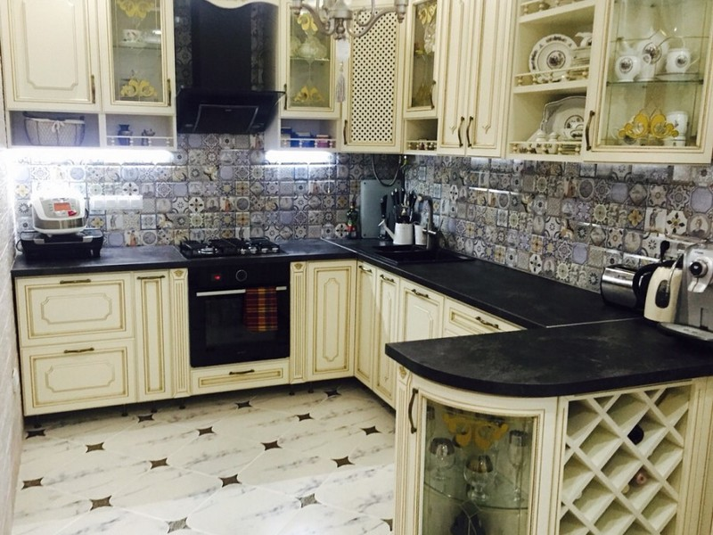 Classic Kitchens: Facades, Interior Design Ideas, Layouts, Advice. Successful u-shaped kitchen with black tabletops and tiled splashback