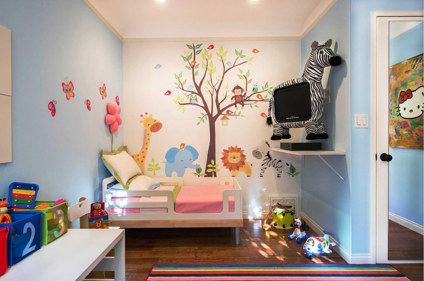 Animalistic decoration for the colorful painted kids room