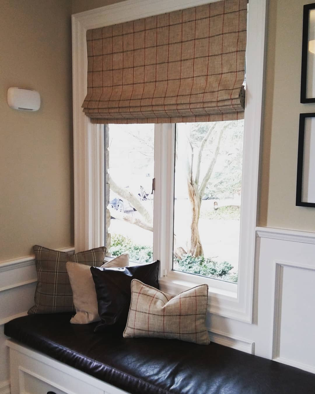 DIY Custom Roman Shades with Practical Master Classes and Photos. Sleeper at the window sill