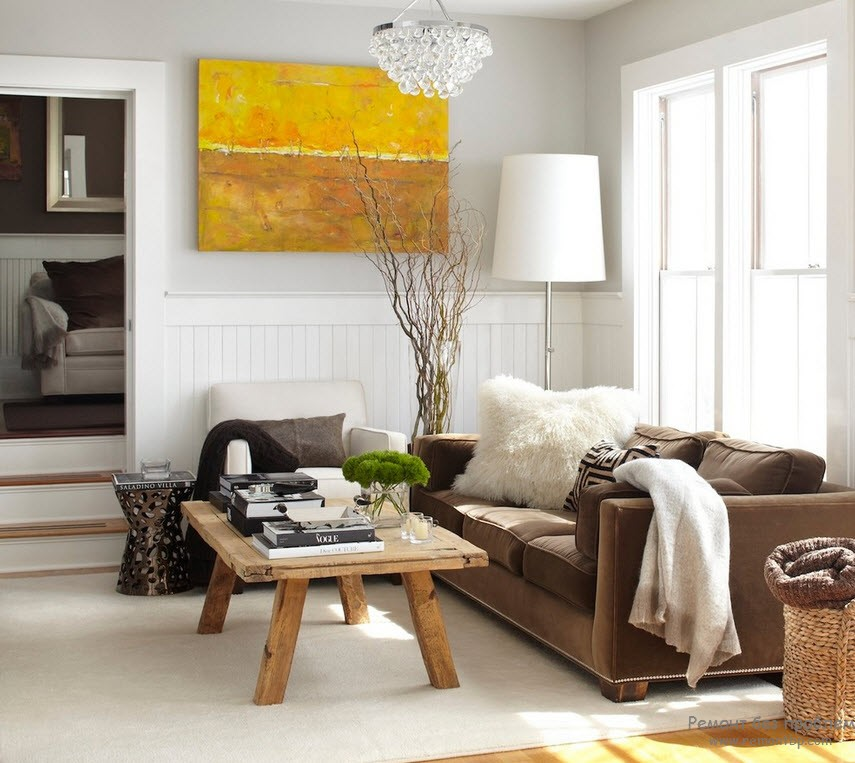 Vases in the Interior: Original Ideas on Decorating your Home. Living room with expressionistic picture and low wooden table