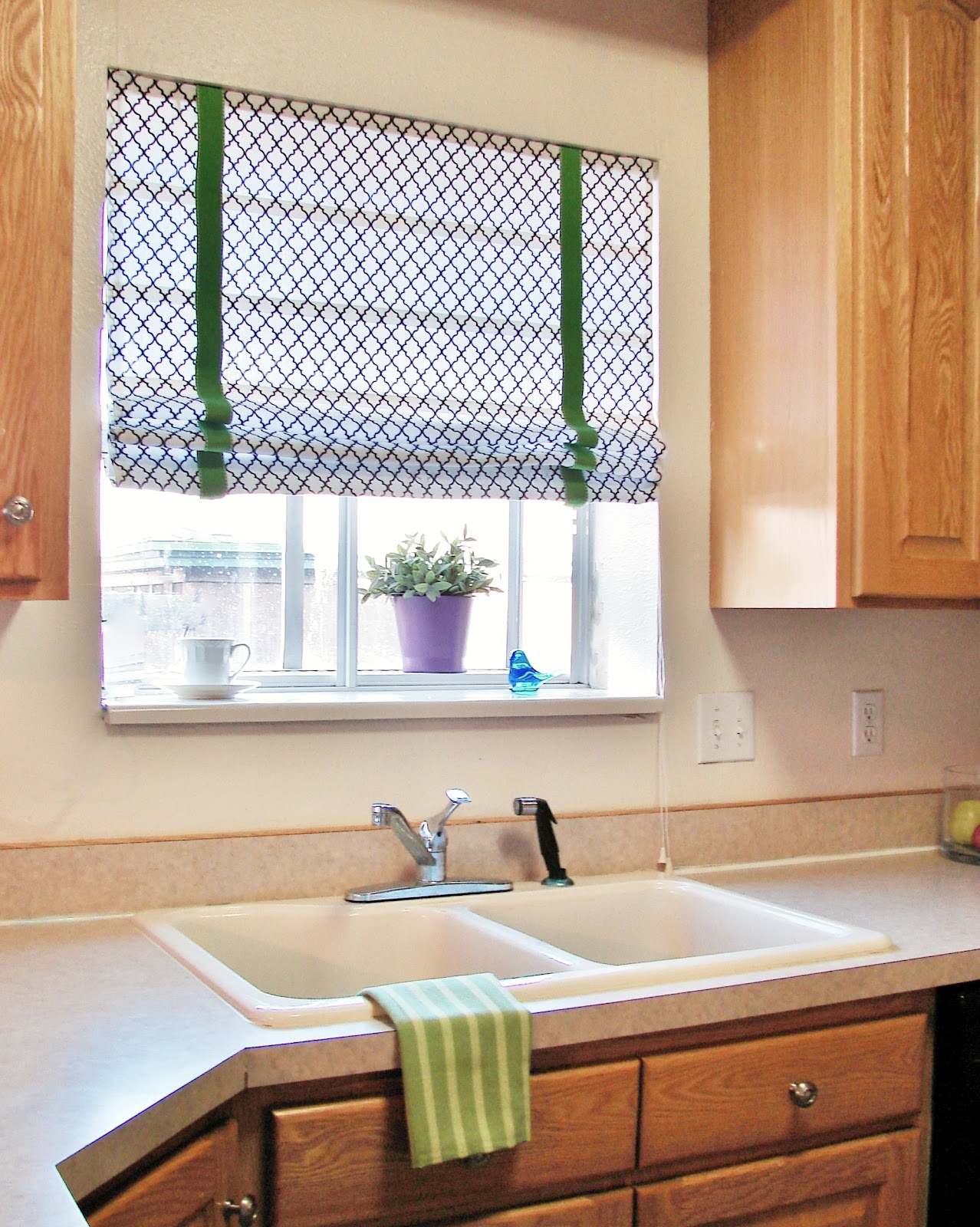 DIY Custom Roman Shades with Practical Master Classes and Photos. Casual kitchen and green accent of the curtains