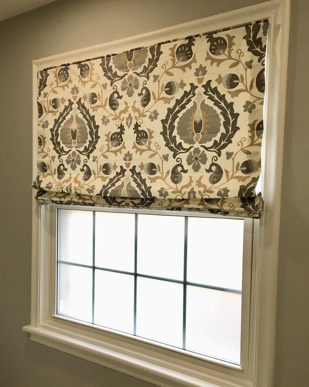 DIY Custom Roman Shades with Practical Master Classes and Photos. Nice pattern for the curtains on the sash window