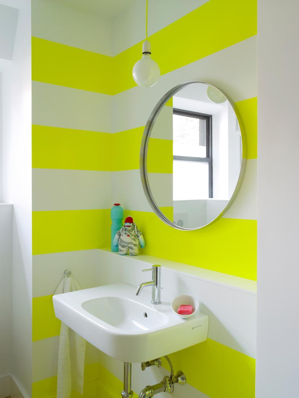 Acid green and white stripes to decorate the bathroom