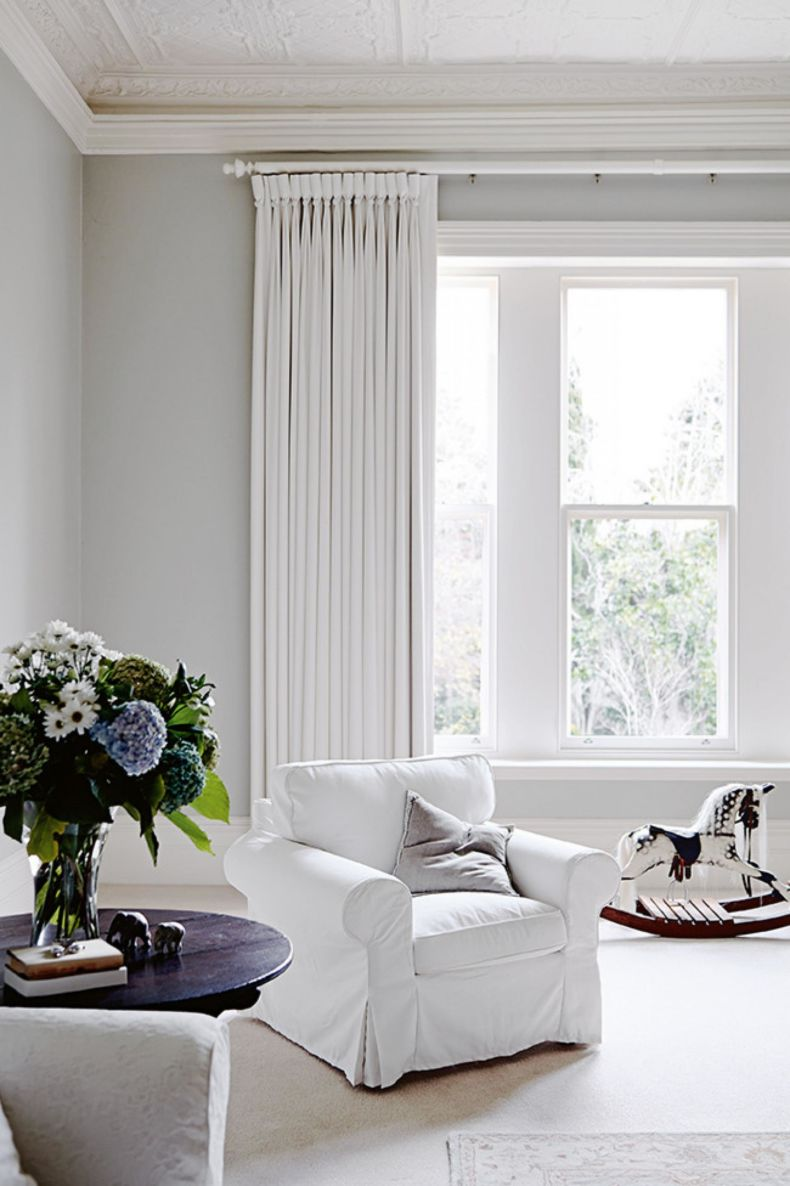 White Living Room: Different Style Interiors with Photos. Classic sitting room with flowers