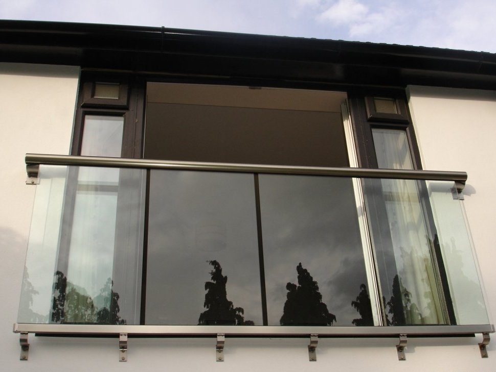French Balcony in the Modern Interpretation and Decoration. Gorgeous and modern decision of making the plexiglass fence for the balcony