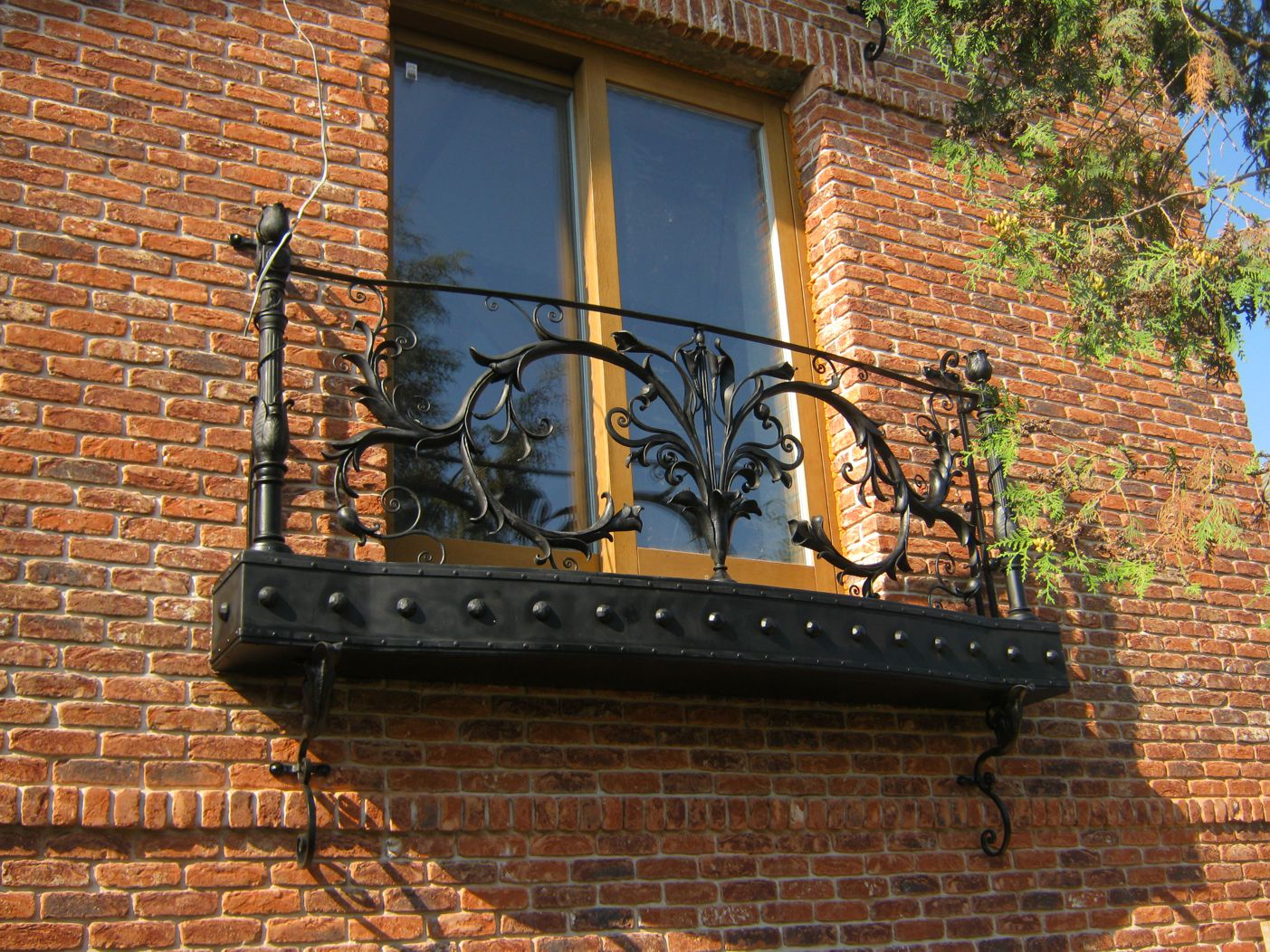 Simple modern decision of th eexterior with briks and massive forging