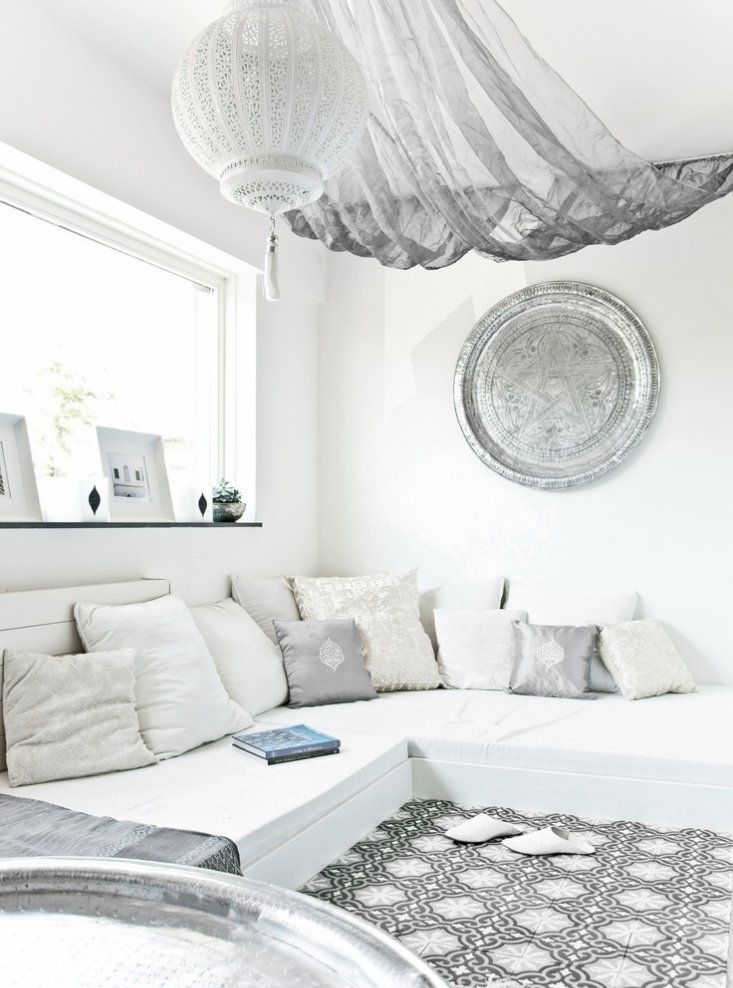 White Living Room: Different Style Interiors with Photos. Large sofa and tulle all over the sitting area