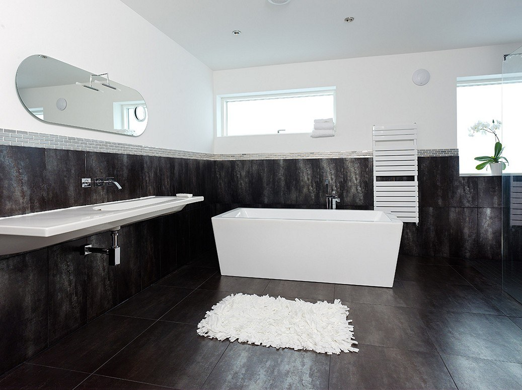 Gorgeous design of the large spaced bathroom with white top and black bottom