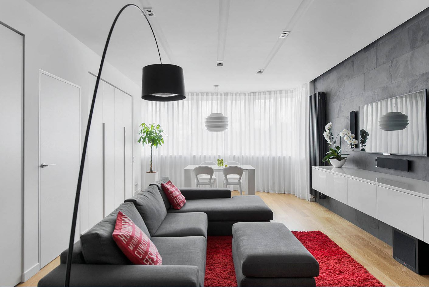 Red carpet, black lamp and furniture as accents for light colored living room
