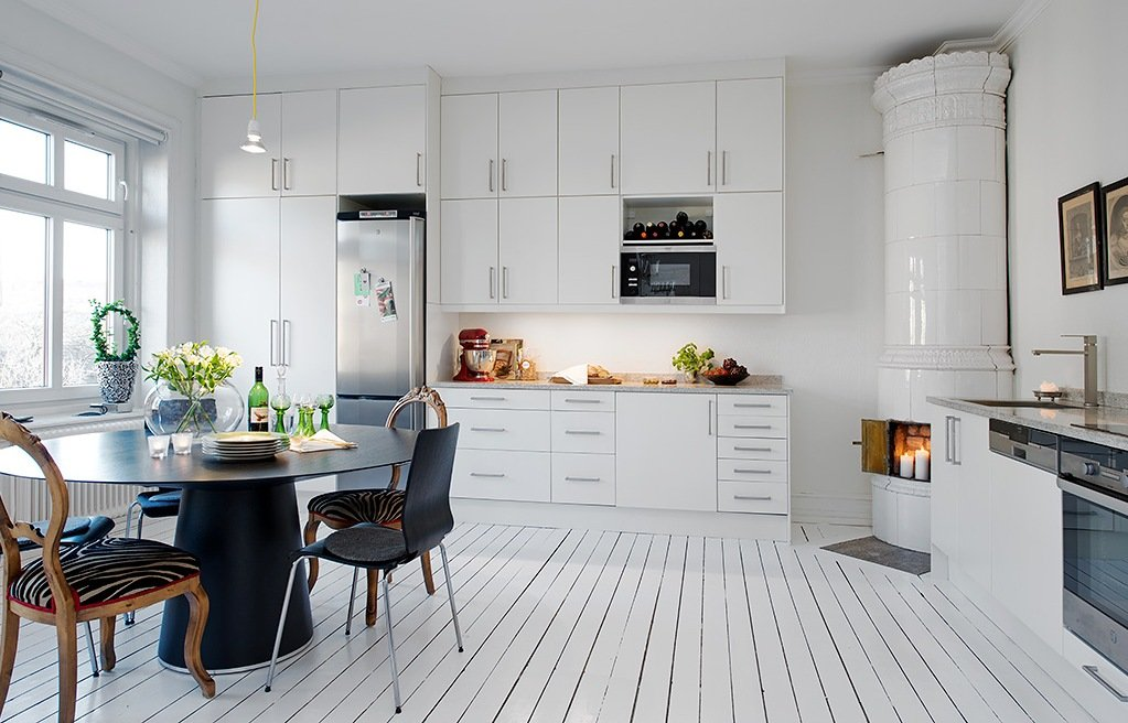 Nice white colored floor and black furniture for Scandinavian kitchen