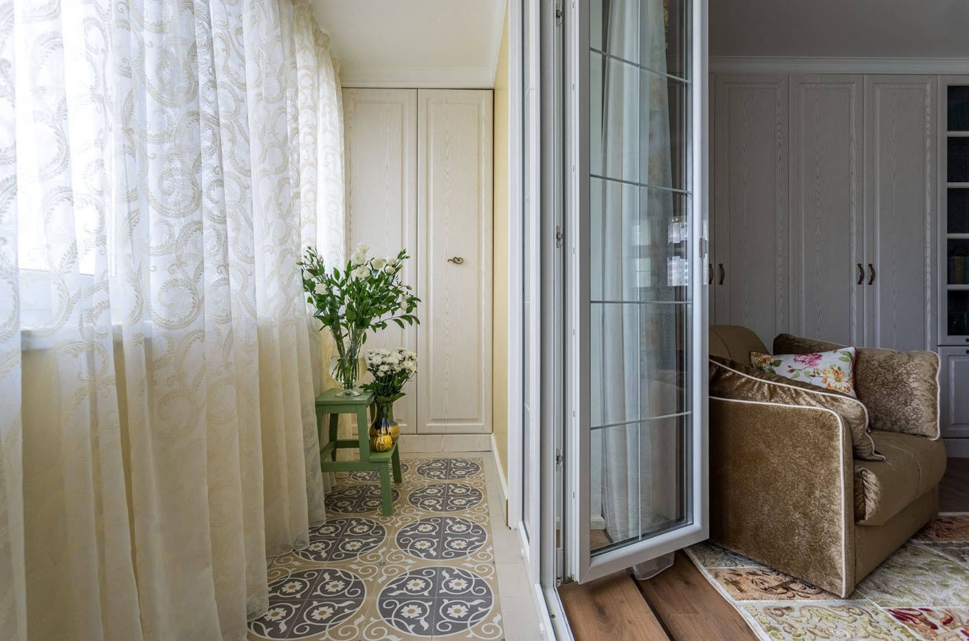 Balcony Curtains: Actual and Fashionable Decoration Ideas. Tulle at the windows and carpet at the floor of contemporary styled area