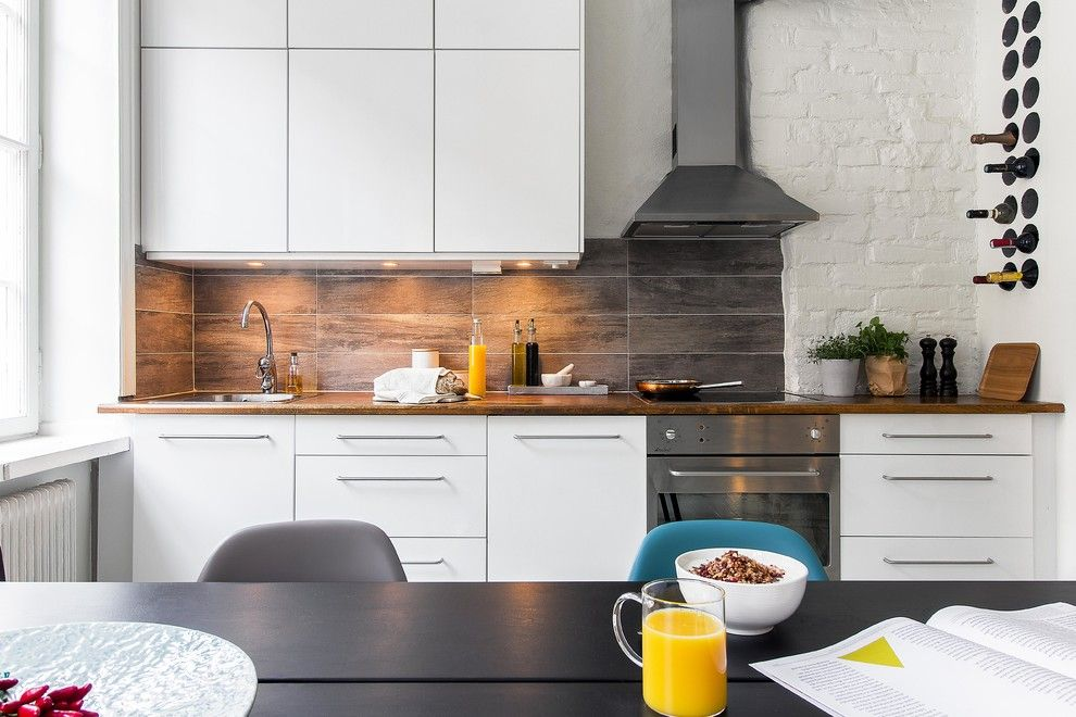Great wood imitating tile in gray for the splashback and same darl colored smooth table