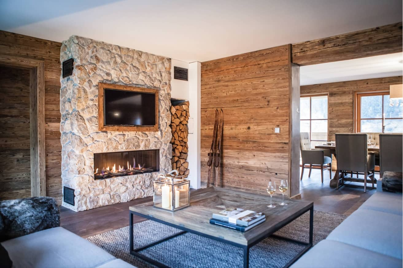 Chalet Style Interior Decoration: Relevance and Finishing Advice. Nordic character of the interior with the firewood rack