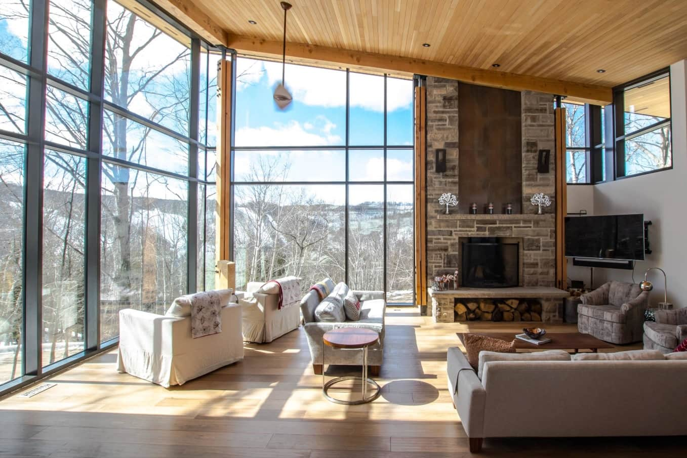 Chalet Style Interior Decoration: Relevance and Finishing Advice. Panoramic windows and stone wall decoration