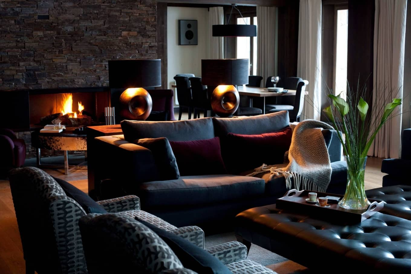 Chalet Style Interior Decoration: Relevance and Finishing Advice. Dark interior with sitting zone