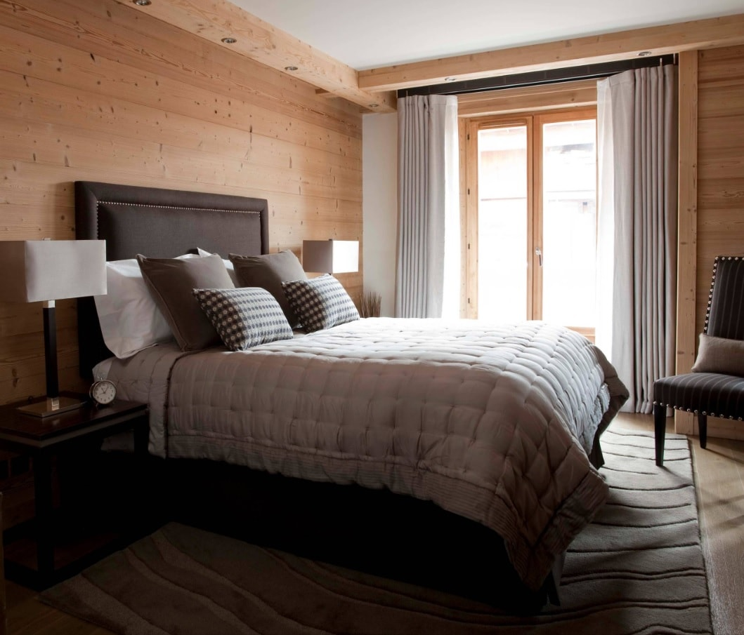 Chalet Style Interior Decoration: Relevance and Finishing Advice. Bedroom with wooden trimmed headboard wall and white ceiling