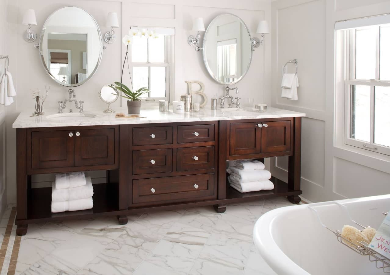 Chalet Style Interior Decoration: Relevance and Finishing Advice. White top and dark wooden bottom of the bathroom