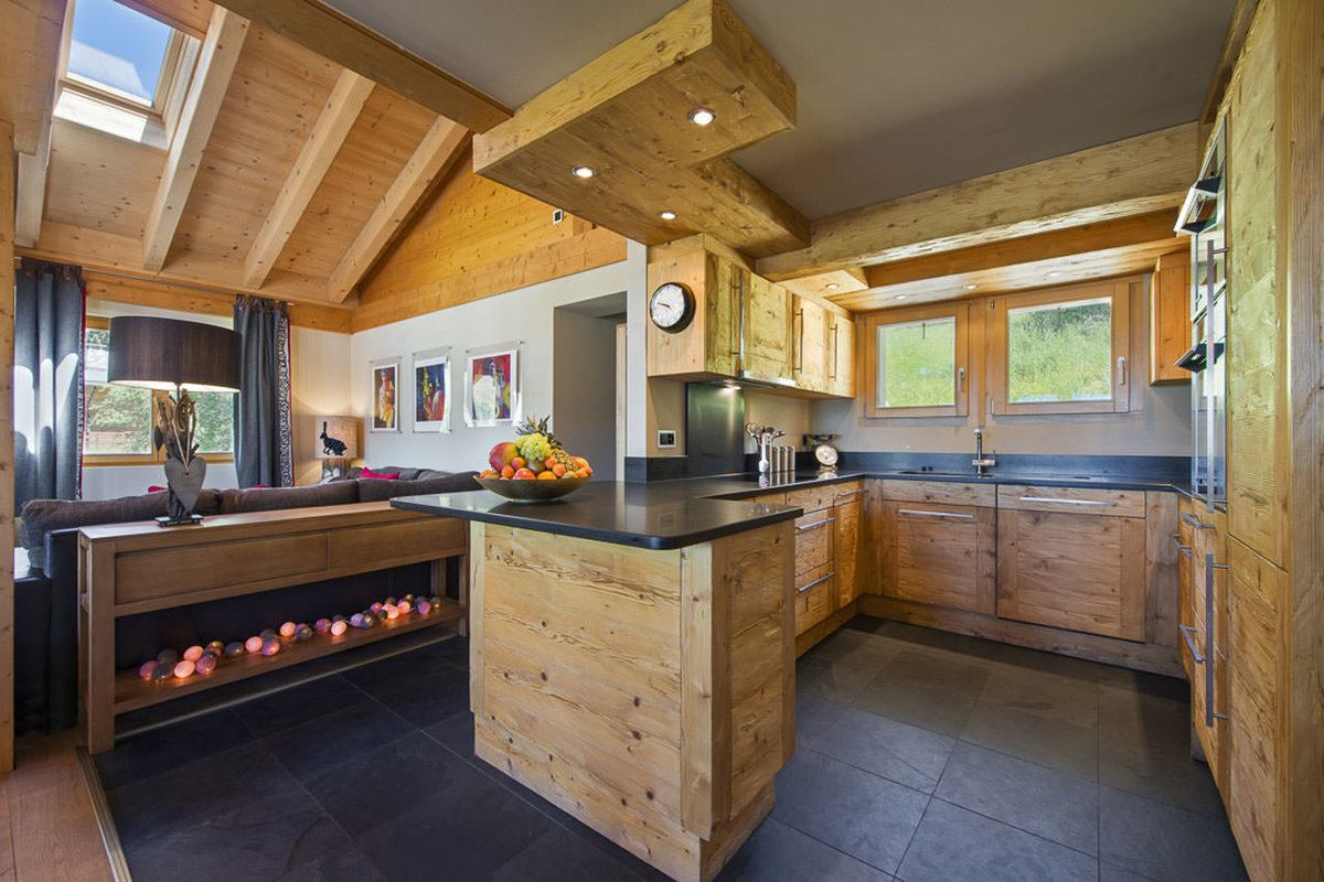 Chalet Kitchen Interior: Description, Design Tips with Photos. Mix of rustic and modern design with wooden trimming