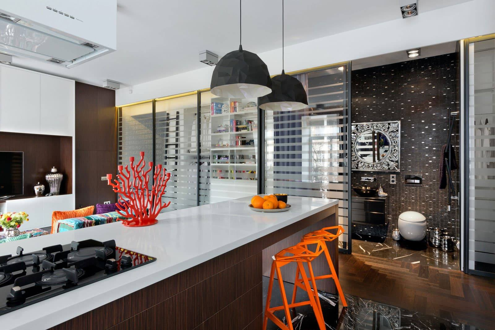 Fusion Style Kitchen Interior Design: Features and Arrangement Ideas. Unusual clorful plastic decor elements at the modern arranged room
