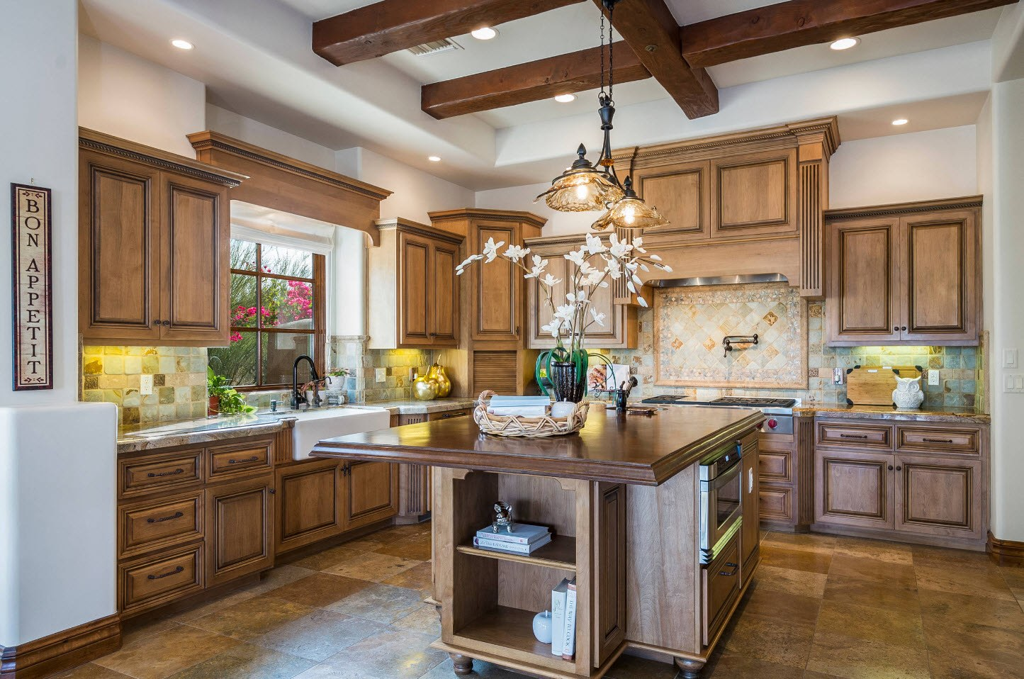 Apparent Mediterranean style at the kitchen: warm colors, wooden trimming and a lot of functional space