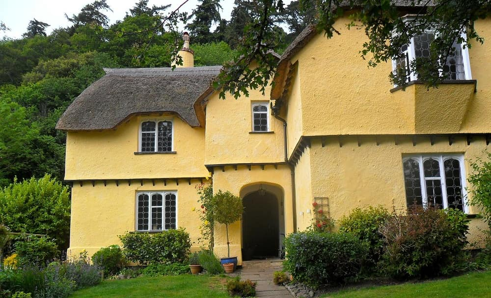 Reason To Choose The Cottage Style Home Designs For Your New Home. Simple yellow painted facade