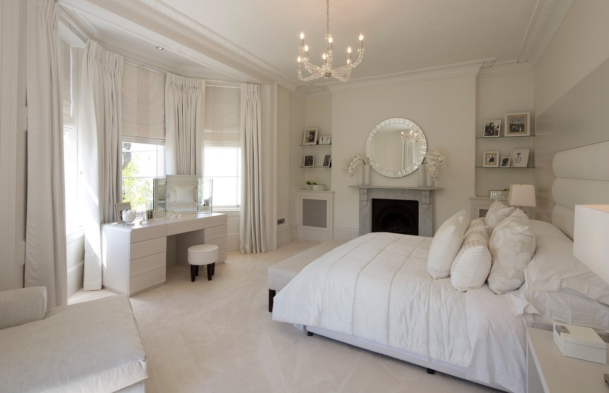 The design of the bedroom in white and black hues is always a win-win option