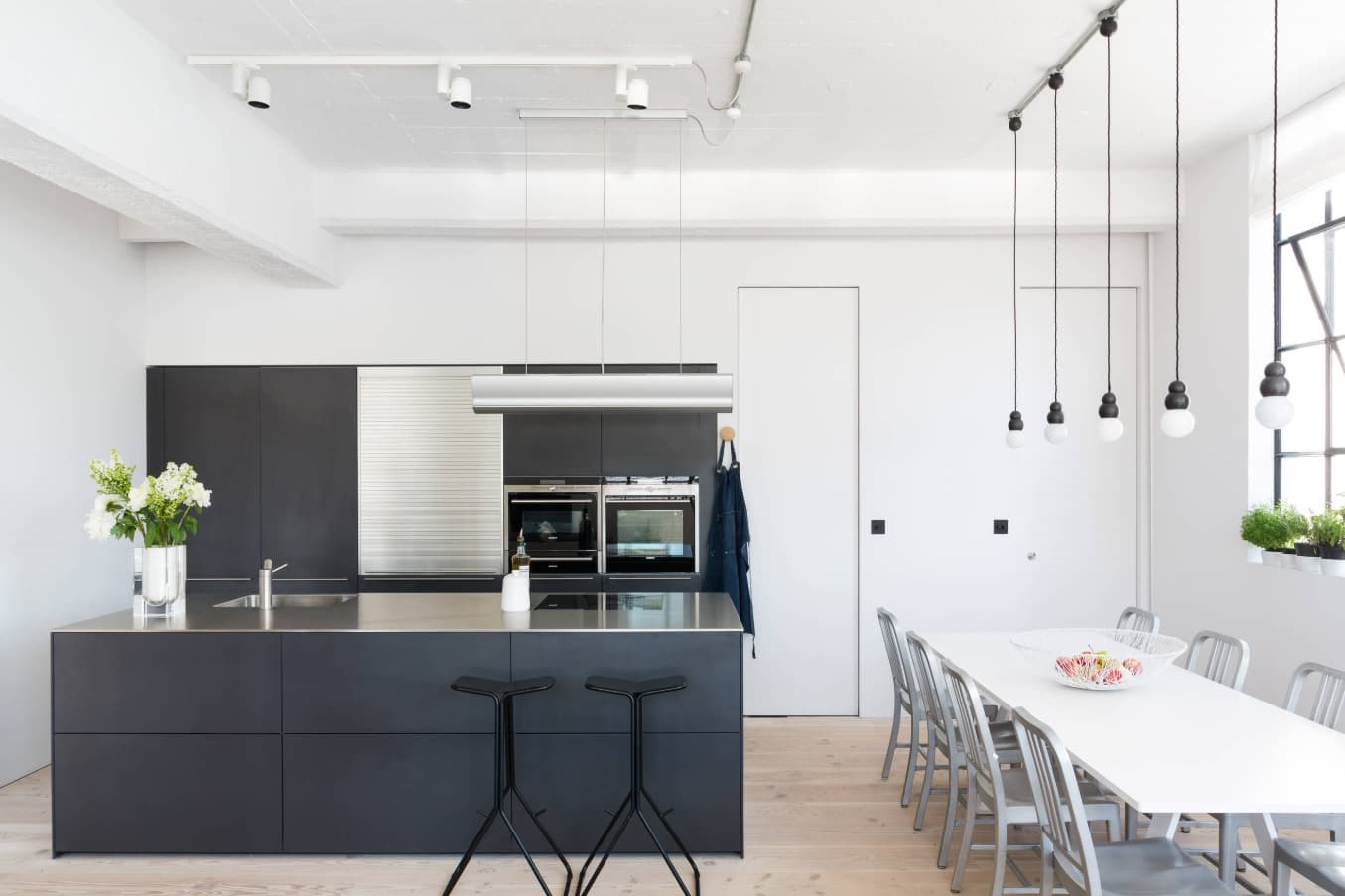 5 Tips to Bring Out the Minimalist Home Designer in You. Marvelous design of the minimalistic contrasting kitchen