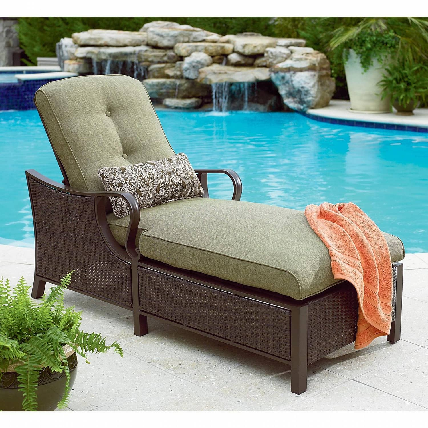 Chais Lounge Leisure Chairs for Indoor and Outdoor Relaxation and Style. Lazy boy chaise lounge with wicker base at the pool