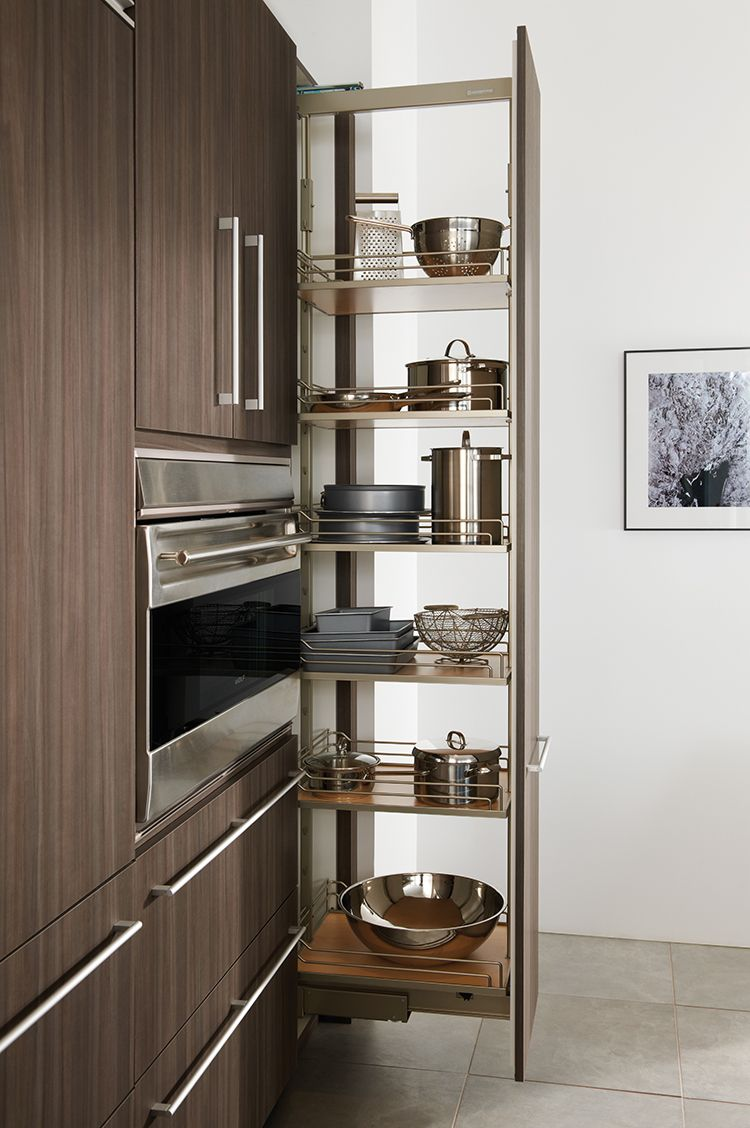 Steel chromed pans in the high retractable shelf