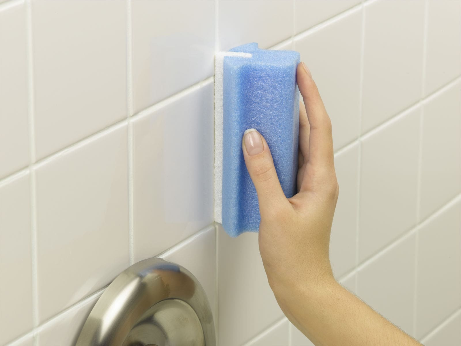 7 Genius tips to deep clean a bathroom. Cleaning grout seams with baking soda and vinegar