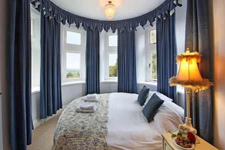 Feng Shui Bedroom Interior Design Ideas for any Kind of Room. Round bedroom with blackout blue curtains
