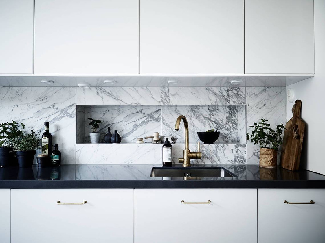 Kitchen Splashback Tile: Best Design and Decoration Ideas. White cabinets and gray marble streaks of the wall